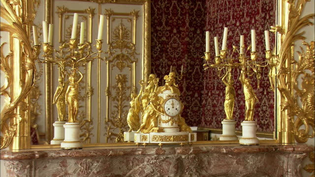 zi cu golden baroque clock on marble table in munich residence (royal palace of the bavarian monarchs), munich, bavaria, germany - baroque点の映像素材/bロール