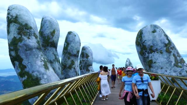 vídeos de stock e filmes b-roll de golden bridge in ba na hills, vietnam, asia - encosta