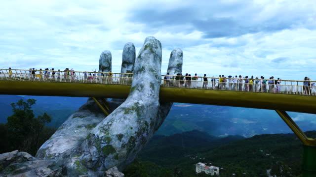 vídeos de stock, filmes e b-roll de golden bridge in ba na hills, vietnam, asia - ponte