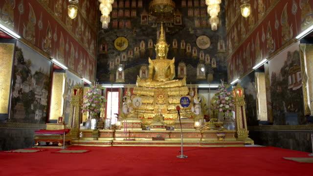 vídeos de stock e filmes b-roll de golden buddha figure in a temple - figura masculina