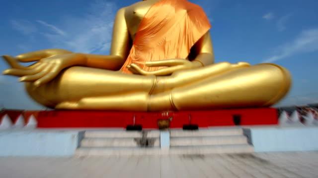 vídeos de stock, filmes e b-roll de estátua de buda de ouro  - templo
