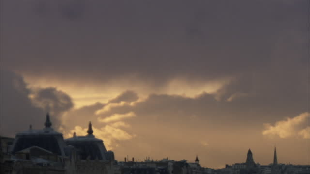 t/l ws golden clouds above cityscape, paris, france - ポンヌフ点の映像素材/bロール