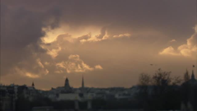 t/l ws defocus golden clouds above cityscape, paris, france - ポンヌフ点の映像素材/bロール