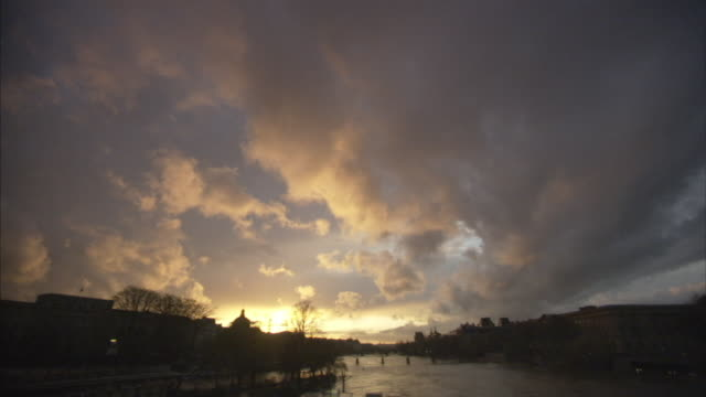 t/l ws golden clouds above river seine at sunset, paris, france - ポンヌフ点の映像素材/bロール