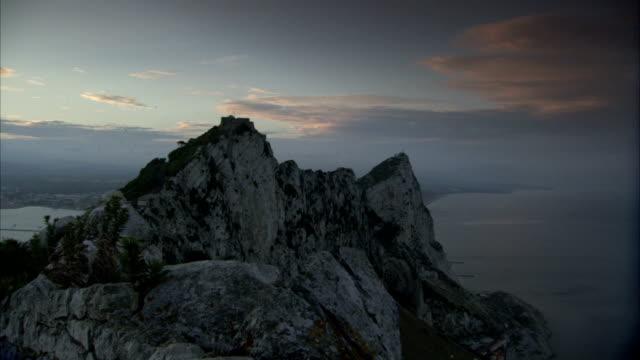 stockvideo's en b-roll-footage met golden clouds float over the rock of gibraltar. available in hd - gibraltar iberisch schiereiland