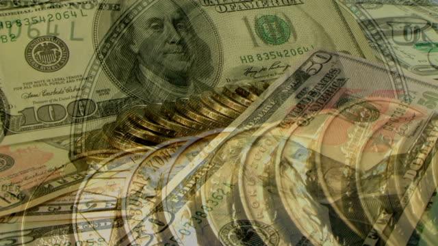 golden monete e banconote del dollaro - banconota da 10 dollari statunitensi video stock e b–roll