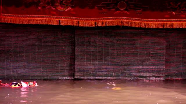 vidéos et rushes de le golden dragon d'eau danse de marionnettes sur l'eau à hanoï, vietnam - opéra style musical