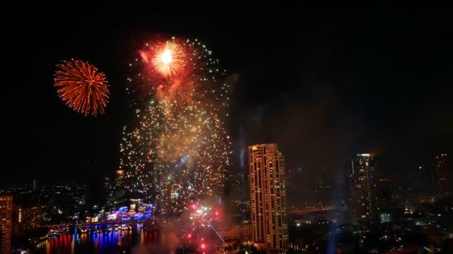 vidéos et rushes de feu d'artifice d'or au soir - touche de couleur