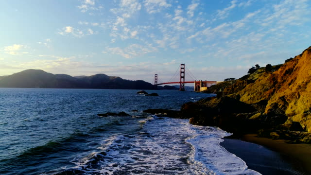 golden gate bridge drohne luftaufnahme über wellen in san francisco, kalifornien - nordkalifornien stock-videos und b-roll-filmmaterial