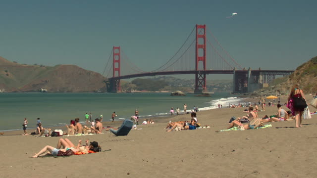 golden gate bridge und den strand - nordkalifornien stock-videos und b-roll-filmmaterial