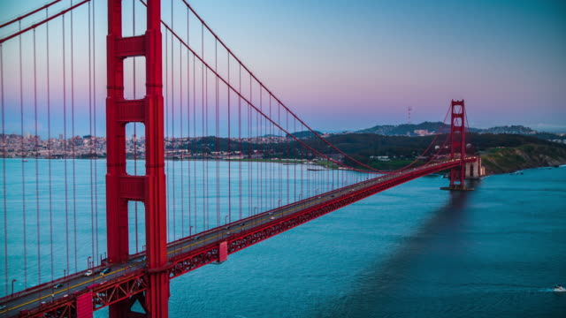 golden gate bridge in der dämmerung - 4k stadtansichten, landschaften & gründer - golden gate bridge stock-videos und b-roll-filmmaterial