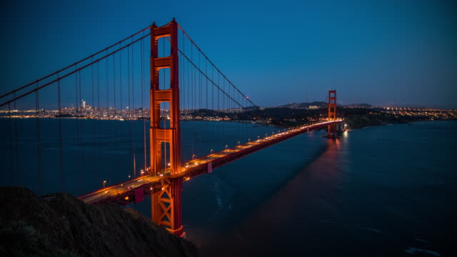 vídeos de stock, filmes e b-roll de ponte golden gate, à noite, são francisco, eua - 4k paisagens urbanas, paisagens & establishers - golden gate bridge