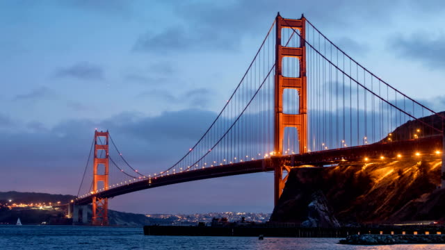 golden gate bridge dusk time lapse - baia di san francisco video stock e b–roll