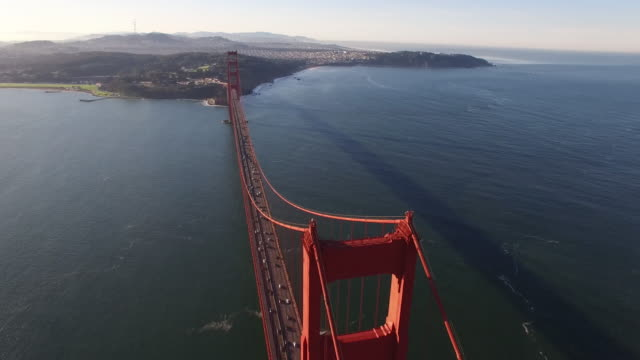 vídeos de stock, filmes e b-roll de golden gate bridge high pull away reveal aerial, 4k, stock video sale - golden gate bridge