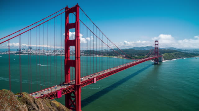 golden gate bridge in san francisco - 4k cityscapes, landscapes & establishers - baia di san francisco video stock e b–roll