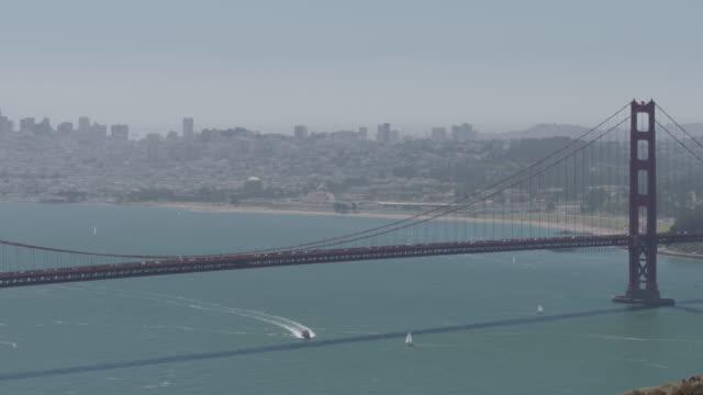 vídeos y material grabado en eventos de stock de golden gate bridge in wide shot - vector