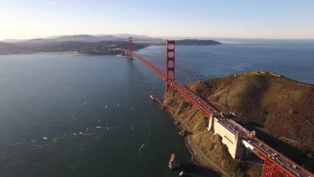 vídeos de stock, filmes e b-roll de golden gate bridge low to high reveal aerial, 4k, 57s, 1of10, - drone - baía de são francisco