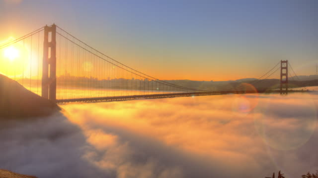 vídeos de stock e filmes b-roll de golden gate bridge spectacular sunrise with low fog. - nevoeiro