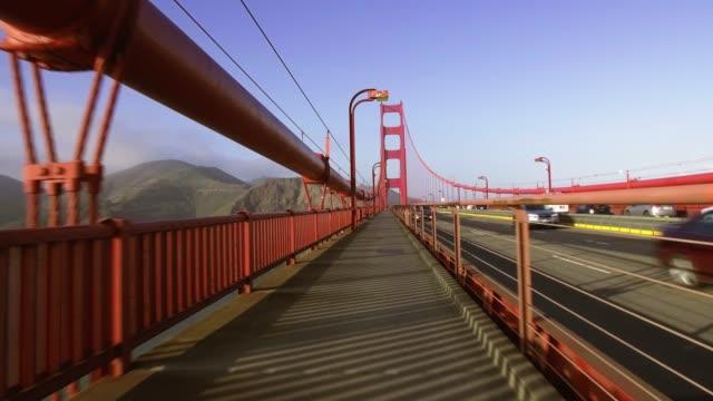 vidéos et rushes de golden gate bridge: travelling stable depuis le pont du pont - golden gate bridge