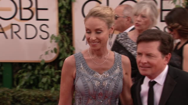 stockvideo's en b-roll-footage met golden globes red carpet beverly hills, california michael fox and tracy pollan at the 2014 golden globe awards - tracy pollan
