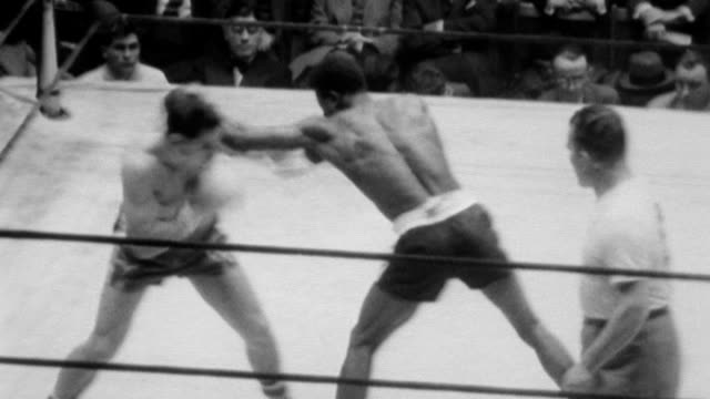 vídeos de stock, filmes e b-roll de golden gloves semi finals with frank angelo vs earl thomas heavy weights al hudson vs jay goggins and ed stroub vs clem stearles / boxers in a ring... - luvas