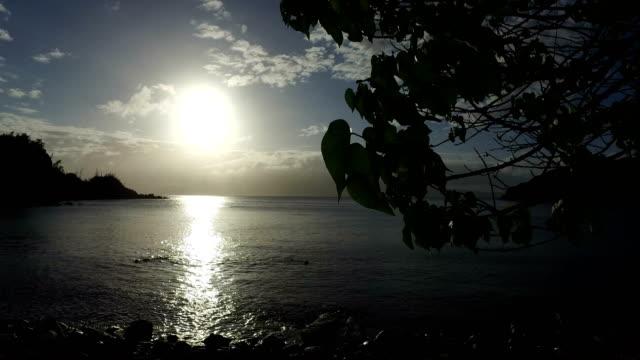 Goldene Stunde über stilles Wasser in geheimen Bucht des Wassers auf der Insel Maui