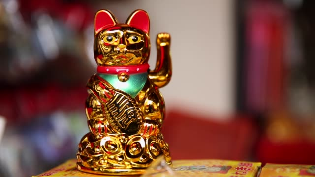 vídeos de stock e filmes b-roll de golden japanese lucky cat - sorte