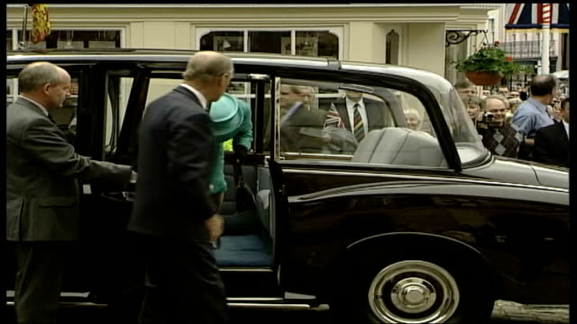 vídeos y material grabado en eventos de stock de berkshire windsor as above from different angle royal car turning from road and stops queen and philip from car crowd applause sot queen shakes hands... - berkshire inglaterra
