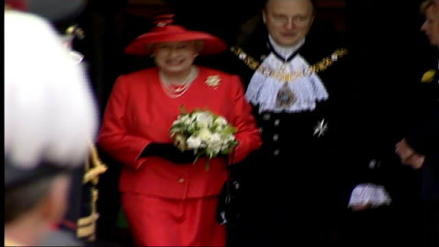 vidéos et rushes de celebrations england london guildhall queen out of building and shakes hands with dignitaries followed by prince philip queen and duke of edinburgh... - gestes