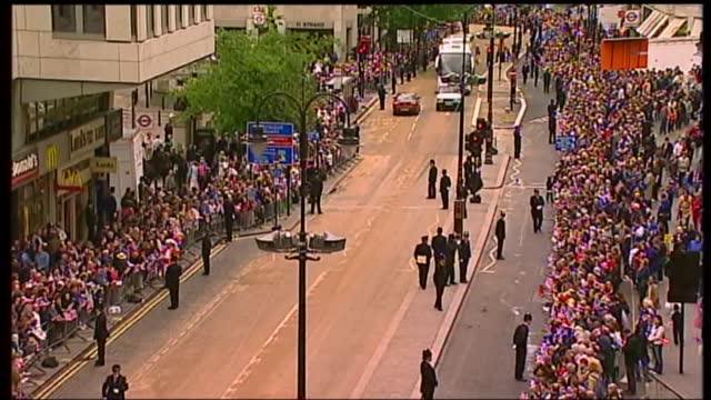 international clean feed: 09.25 - 09.57: 16:9; england: london: ext children in union jack clothes the mall with british flags elderly woman with... - union jack stock videos & royalty-free footage