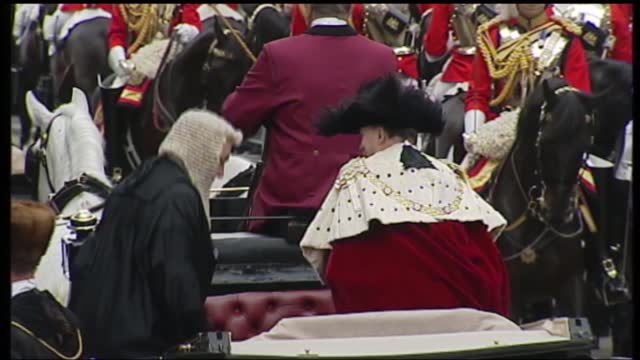 international clean feed: 11.00 - 12.15: 16:9; england: london: buglers on balcony pull out to state golden coach carrying queen elizabeth ii and... - tilt up stock videos & royalty-free footage