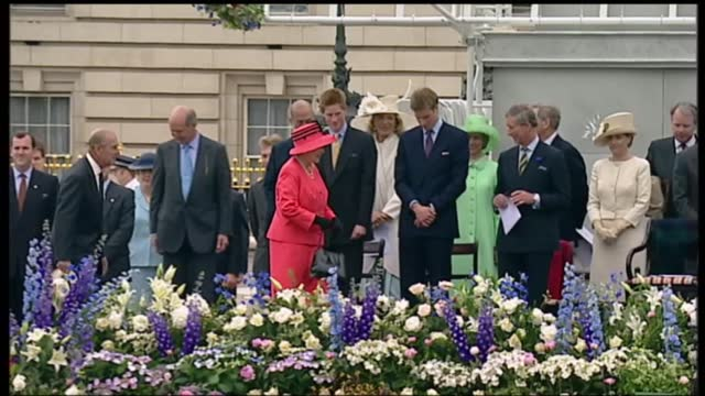 international clean feed: 15.30 - 17.-00: 16:9; england: london: ext tms queen's car along mall surrounded by children in yellow queen elizabeth ii... - royalty stock videos & royalty-free footage