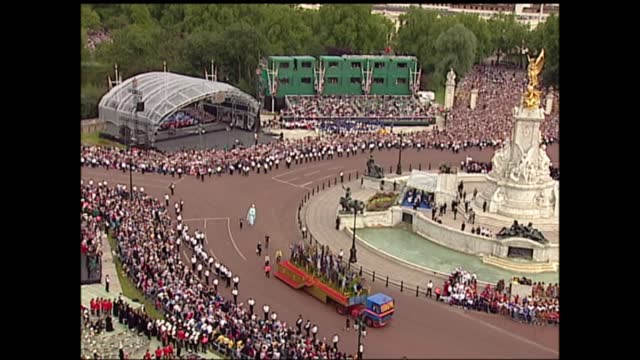 international clean feed: 17.00 - 18.41: 4:3; england: london: the mall: ext victoria memorial as parade in progress crowds and policemen lining... - keith floyd stock videos & royalty-free footage