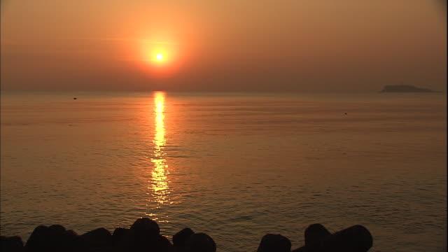 golden light shines on sagami bay in japan. - 相模湾点の映像素材/bロール