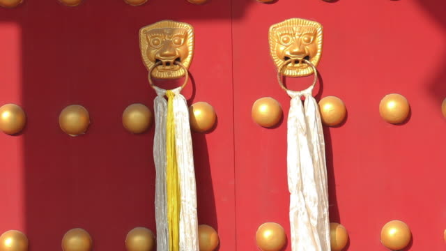 ls golden lion knocker with khatag on red door/xian,shaanxi,china - door knocker stock videos & royalty-free footage