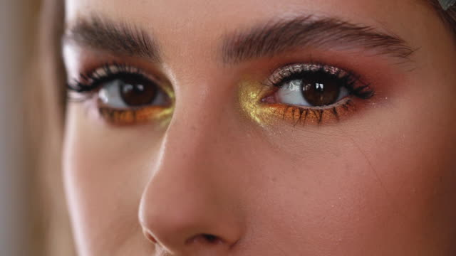 golden makeup for a golden beauty - viso naturale video stock e b–roll