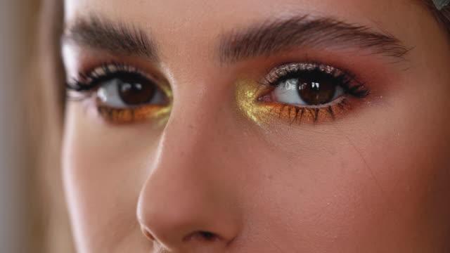 vídeos de stock e filmes b-roll de golden makeup for a golden beauty - beleza natural