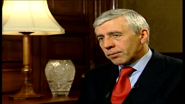 vídeos de stock, filmes e b-roll de london int jack straw mp interview sot think the leaders will show restraint/ talks about comparison between iraq and northern ireland situation iraq... - embrace