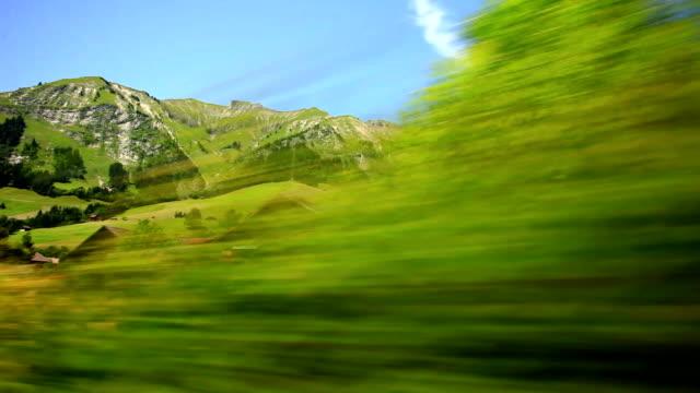 vidéos et rushes de golden pass train voyageant à montreux - montreux