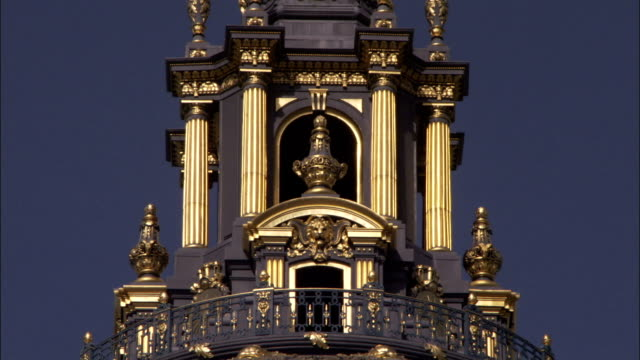 golden pillars adorn the elaborate dome of san francisco's city hall. available in hd. - rathaus stock-videos und b-roll-filmmaterial