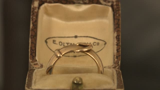 a golden ring once given as a present by the famed irish writer oscar wilde has been recovered by a dutch art detective nearly 20 years after it was... - oscar verleihung stock-videos und b-roll-filmmaterial