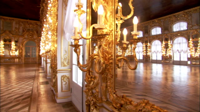 golden sconces illuminate the great hall in catherine palace. - sankt petersburg stock-videos und b-roll-filmmaterial