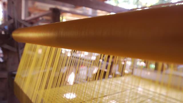 伝統的な手作りで織機に金色のシルク。 - 製造工場点の映像素材/bロール