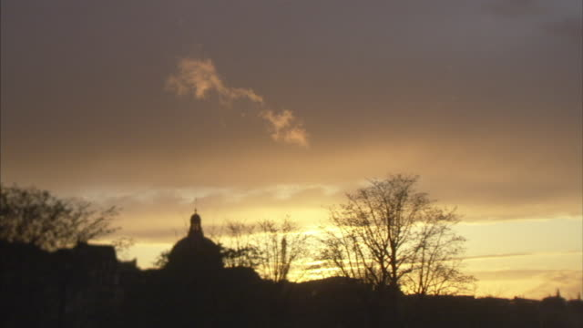 ws golden sky above cityscape at sunset, paris, france - ポンヌフ点の映像素材/bロール
