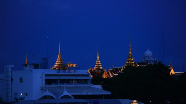 golden spires of the royal grand palace appears on the bangkok skyline - kirchturmspitze stock-videos und b-roll-filmmaterial