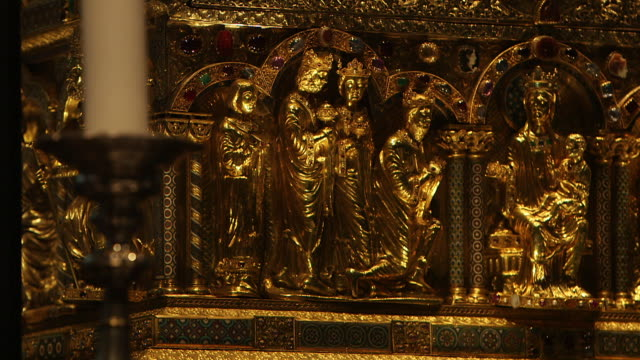 cu r/f golden statue of infant jesus and virgin mary on tabernacle in cologne cathedral / cologne, germany - kirche stock-videos und b-roll-filmmaterial