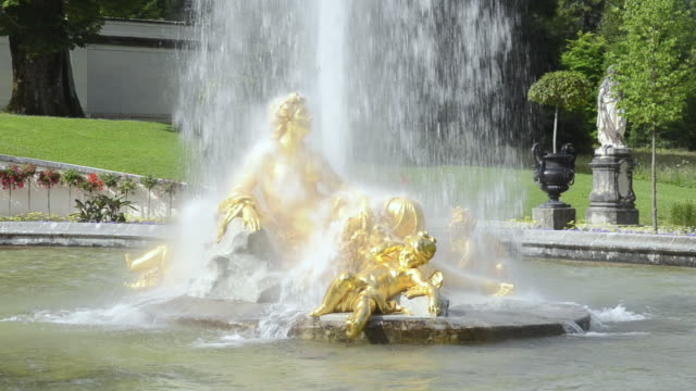 vídeos y material grabado en eventos de stock de ms golden statues of fountain in pond at schloss linderhof castle, built by king ludwig ii of bavaria / oberammergau, bavaria, germany - figura femenina