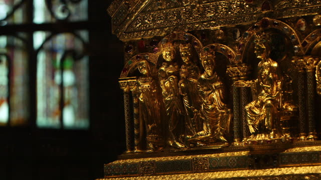 ms r/f golden statues on church tabernacle in cologne cathedral / cologne, germany - kirche stock-videos und b-roll-filmmaterial