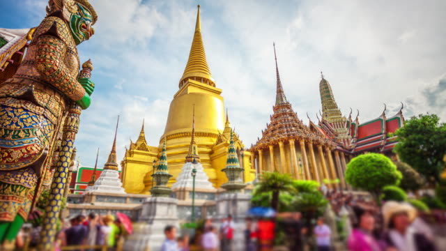 vidéos et rushes de golden stupa or chedi of wat phra kaew also known as the temple of the emerald buddha at the grand palace in bangkok, thailand (faces blurred for commercial use) - temple