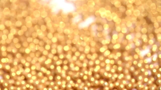 golden sugar candy kugeln springen in schallwelle - gruppe von gegenständen stock-videos und b-roll-filmmaterial